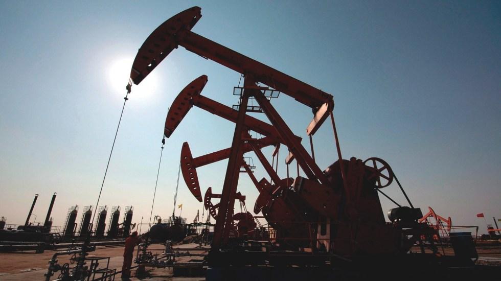 AMLO acuerda reducir producción de petróleo en 100 mil barriles