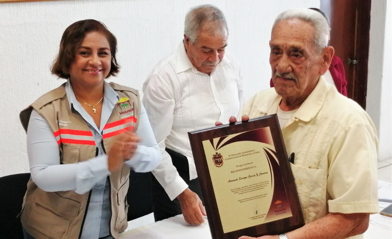 Reconocen a Don Armando, por su entrega en Protección Civil durante 21 años