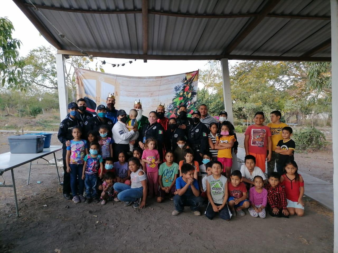 Policías municipales llevan alegría y regalos a niñas y niños de colonias vulnerables