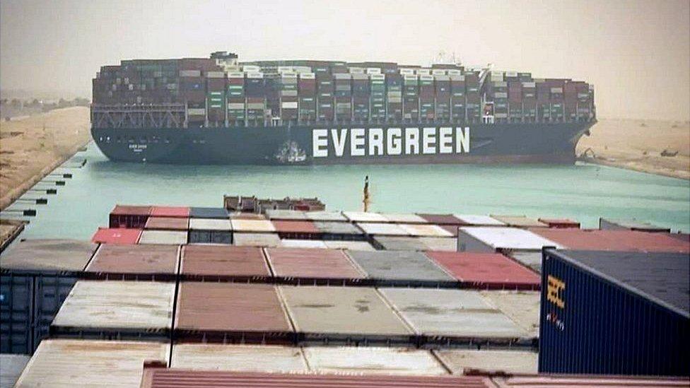 Canal de Suez permanece bloqueado por buque encallado