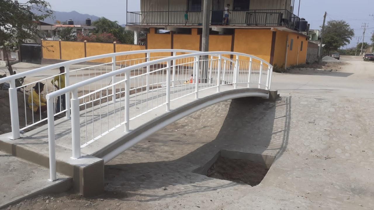 Concluyó Ayuntamiento de Manzanillo la construcción del puente peatonal sobre arroyo en Jalipa