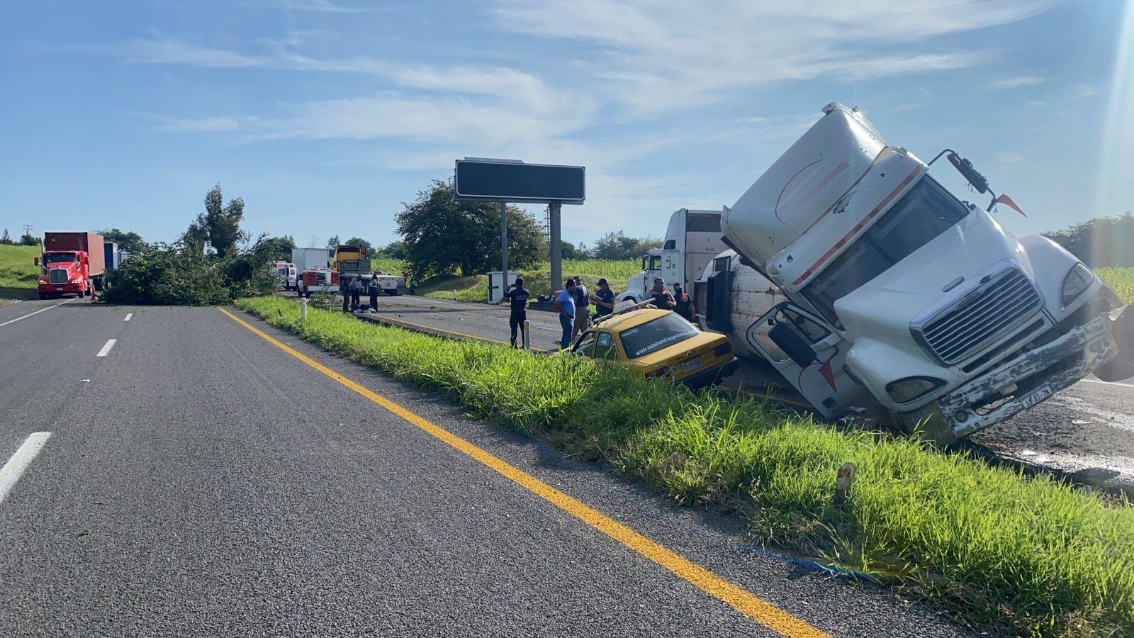 Fuerte accidente se registra en la carretera Colima-Guadalajara, no hay lesionados
