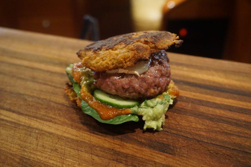 Båtmat #43: Hamburger med søtpotetbrød, chevre, hjemmelaget ketchup og guacamole