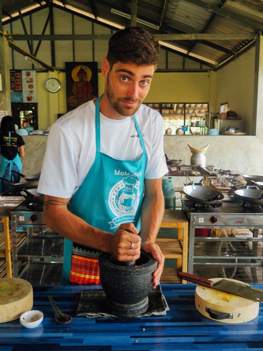 Puis on prepare le curry. Enfin Oscar prepare le curry car on a besoin de biceps pour transformer tous les ingredients en une pâte consistante.