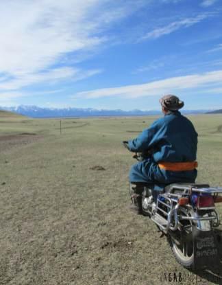 Motocycliste parmi la steppe