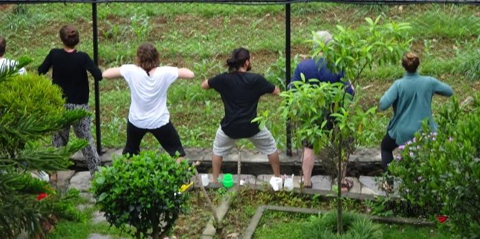 retraite de yoga et méditation à Pokhara au Népal chicken dance
