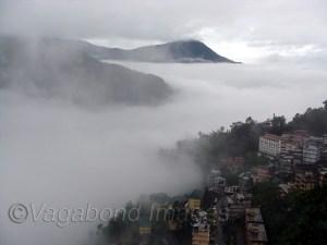 बादलों में घिरा गंगटोक शहर