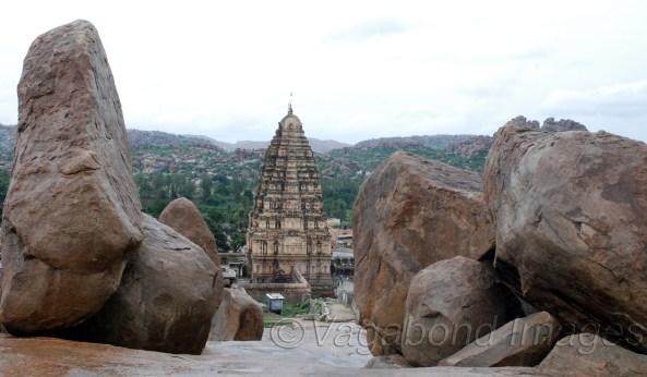 विरुपाक्ष मंदिर के प्रवेश द्वार का गोपुरम। हेमकुटा पहाड़ियों व आसपास की अन्य पहाड़ियों पर रखी ये विशाल चट्टानें और इनका संतुलन हैरान कर देने वाला है