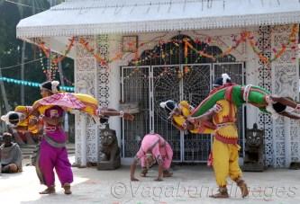An interesting part of Gotipua is Bandha Nrutya, the presentation of acrobatic yogic postures (referring to mythological scenes from the life of Krishna) similar to visual presentations by the pattachitra artists of Orissa