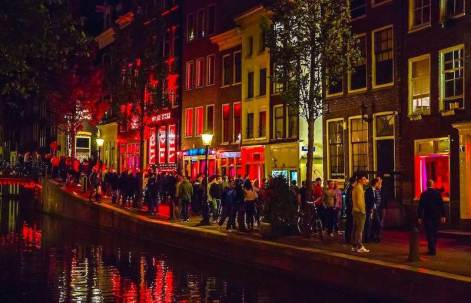amsterdam-red-light-district-at-night