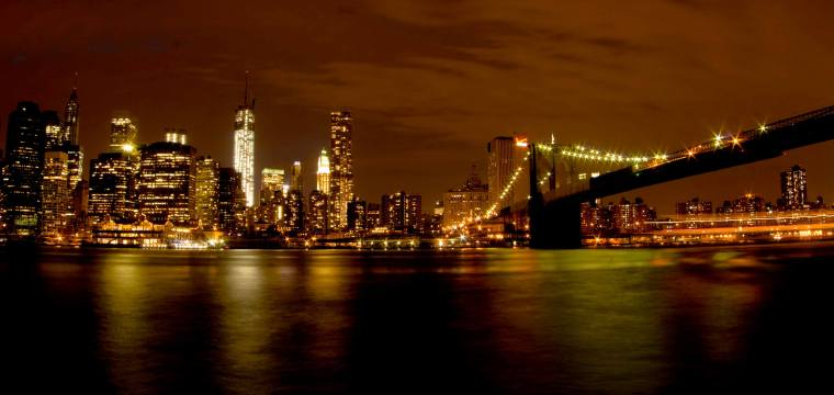Manhattan y Puente de Broklyn de noche