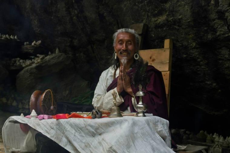 Monje budista rezando