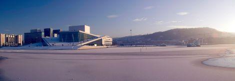 Edificio de la Opera con el mar congelado en Oslo