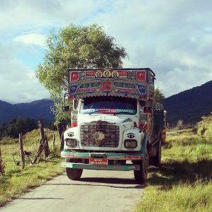 Camión indio con su típica decoración