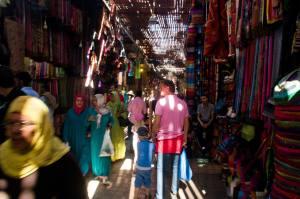Laberinto de tiendas, locales y turistas en el Zoco de Marrakech