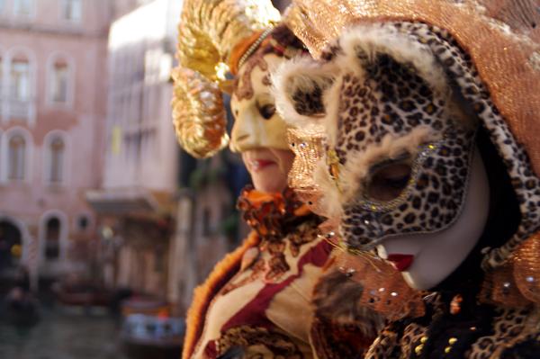 Fantasía en las máscaras venecianas