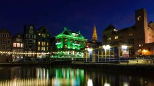 Vista nocturna de Amsterdam y sus canales