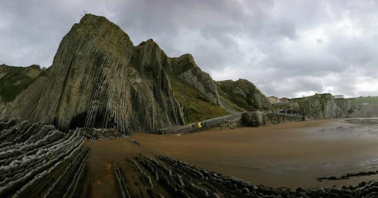 """La playa de Itzurun en Zumaia, Euskadi, con sus formaciones rocosas """"flysch"""" representan Rocadragón"""