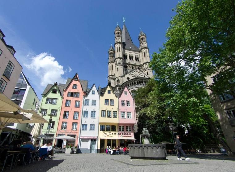 Terrazas en la plaza Fischmarkt, frente al Rin y junto a la Iglesia de San Martín