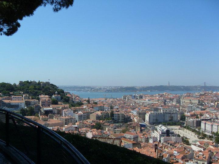 Mirador de la Virgen del Monte en el barrio de Gracia, Lisboa