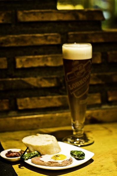Caña de cerveza checa y pintxo txapela en Berton