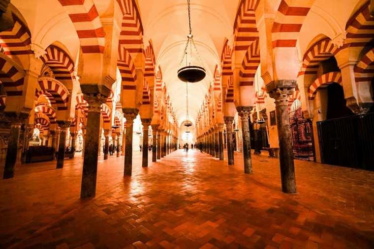Sala con los arcos de herradura en el interior de la Mezquita - Catedral de Córdoba