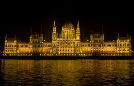 El Parlamento visto desde un crucero nocturno por el Danubio