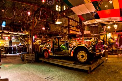Una de las salas del ruin bar Szimpla, con un trabant, en Budapest