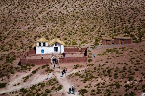 Iglesia de Machuca, Chile. En este pueblo semiabandonado viven de la agricultura y la ganadería y ahora también del turismo. Es típico parar a probar sus anticuchos de llama.