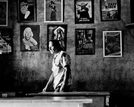 Cervezas y carteles de películas en Chelacabur