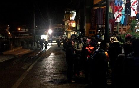 Colas para subir a los primeros autobuses que llevan de Aguas Calientes a Machu Picchu y que empiezan a circular a las 5.30 de la mañana