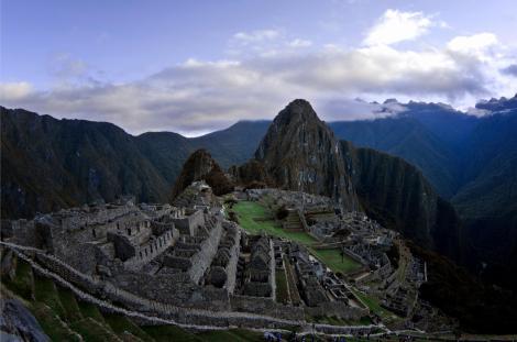 Primera vista de Machu Picchu, a las 6 de la mañana, con escasos restos de niebla y aún sin sol