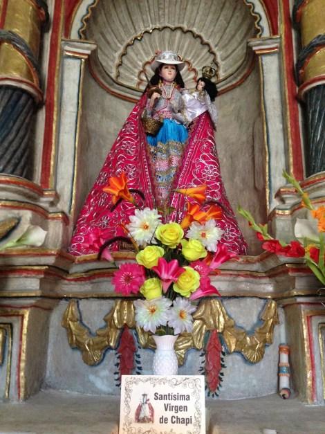 Estatua de la Virgen, ataviada con un traje típico del folklore andino