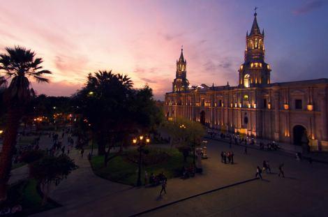Atardecer en la Plaza de Armas, con la Catedral de Arequipa iluminada