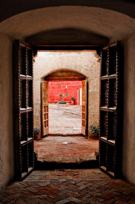 El laberíntico Monasterio de Santa Catalina, en pleno centro de Arequipa, sorprende a sus visitantes con coloridas fachadas