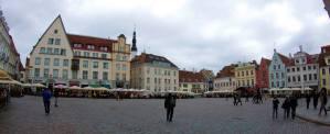 La Plaza del Ayuntamiento es el centro del casco antiguo de Tallín y está plagado de restaurantes, bares y terrazas