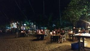 Restaurantes a pie de playa en Mirissa, cenar descalzo en la arena.... Sri Lanka