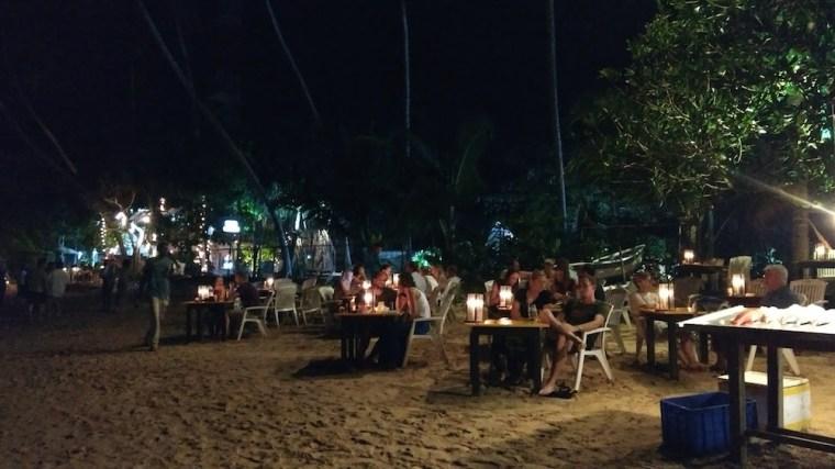 Restaurantes a pie de playa en Mirissa, cenar descalzo en la arena...