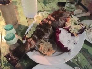 Hora de la cena en Mirissa: pescado recién capturado, a la parrilla. Sri Lanka