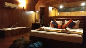 Hotel Sigirya Watter Cottage: toda la habitación de madera, con techos enormes y decorada con muy buen gusto. Sri Lanka