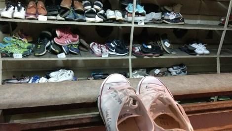 En los templos budistas hay que entras descalzo: en los más turísticos hay puestos para dejar los zapatos a cambio de unas rupias