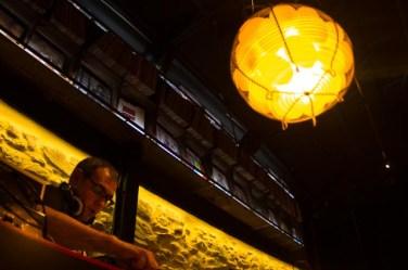 Espacio más nocturno en el Asador Sagartoki, Vitoria: Dj y detalle de la lámpara con huevos, el producto estrella del bar