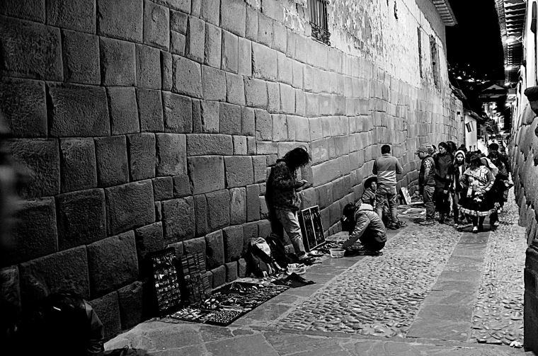 La calle Hatun Rumiyoq lleva de la Plaza de Armas al barrio de San Blas y en ella se encuentra la famosa piedra de 12 ángulos