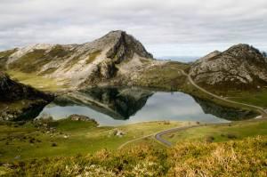 Efecto espejo en el lago Enol, lagos de Covadonga, Asturias