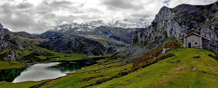 El lago Ercilla está separado del Enol por un pequeño promontorio