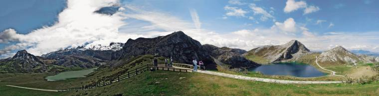 Panorámica en la que pueden verse los lagos Ercilla y Enol, los famosos lagos de Covadonga