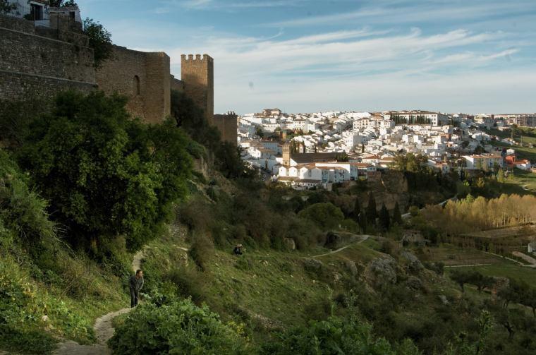 Vistas de la antigua muralla árabe de Ronda, con las casas blancas el fondo del barrio del Mercadillo