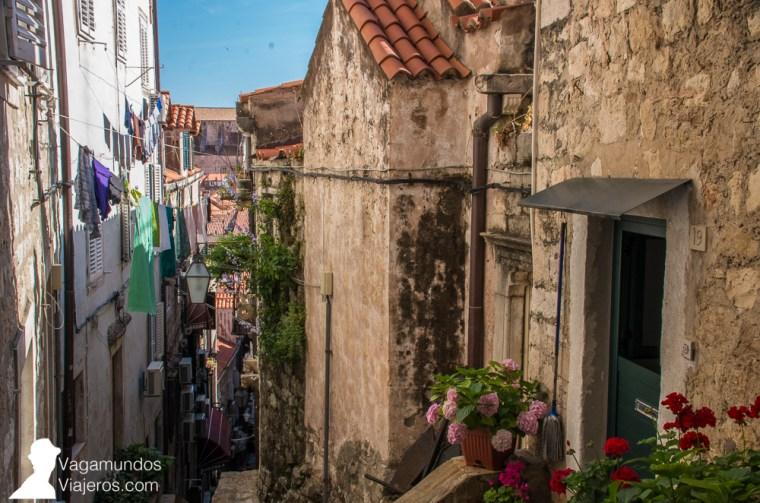Calles estrechas, con casas de piedra, flores y ropa tendida al sol, en el centro amurallado de Dubrovnik