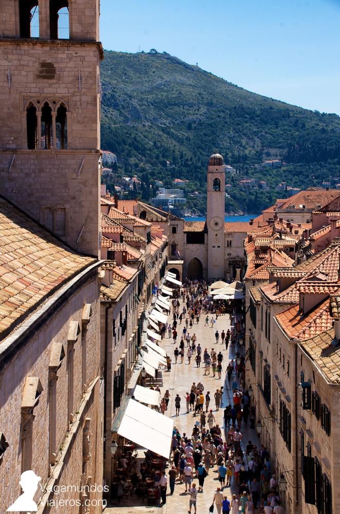 Entrada a la ciudad amurallada de Dubrovnik por la Puerta Pile con vistas a la calle principal, Stradum