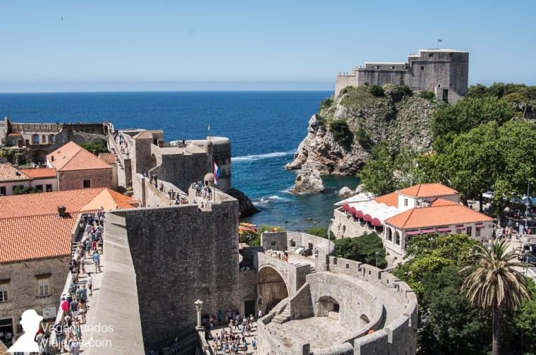 El recorrido por las murallas de Dubrovnik es la actividad más típica en la ciudad y cientos de turistas coincidimos allí